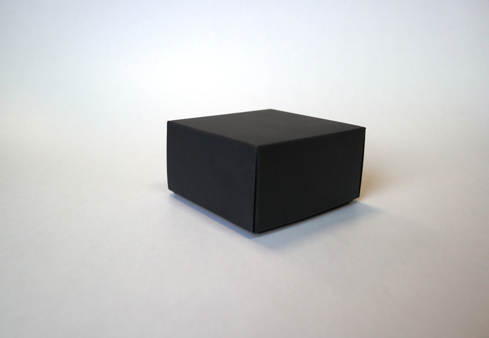 Dviejų dalių 90x90x50 mm juodo kartono dėžutė